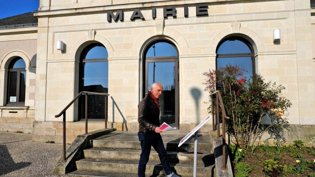 Captation du premier poème devant la mairie de Vieillevigne